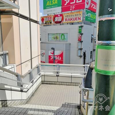 直進して階段を下ります。レイクALSAの看板が設置された建物があります。