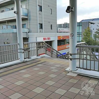 突き当たりを右に曲がり、階段を下りましょう。