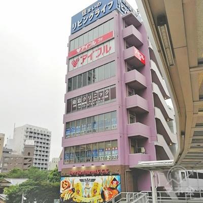 上を見ると、紫色の建物があり、アイフルの看板が見えます。