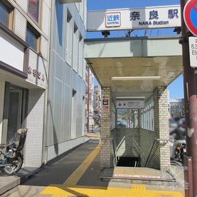 地上に出てきた出口の様子です。頭上には駅名表示があります。