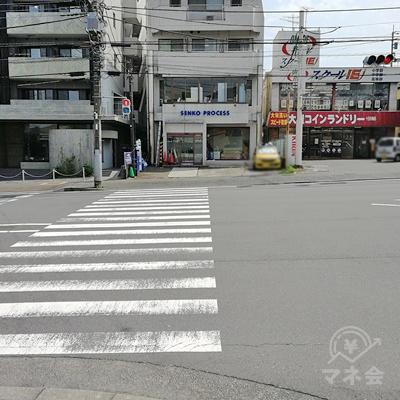 左の歩道を真っすぐ歩いてると突き当たりに信号があります。