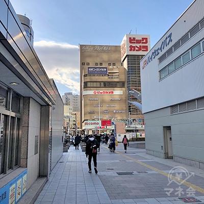 目の前の通りをビックカメラ方面へ歩きます。
