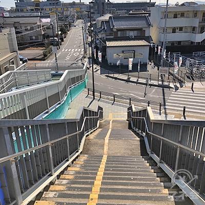 正面の階段を下りて地上へ出ます。
