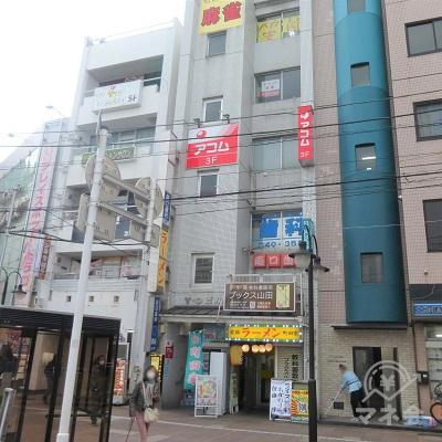 ビル1階ラーメン屋の左手に入口があります。アコムは3階です。