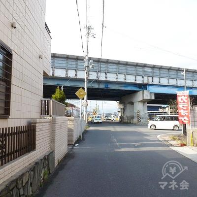 西名阪自動車道の下を潜ります。