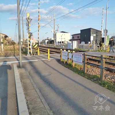 線路沿いを30m歩くと踏切があります。