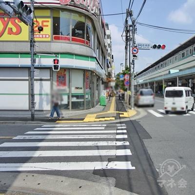 交差点まで来たら渡らずに左に曲がります。