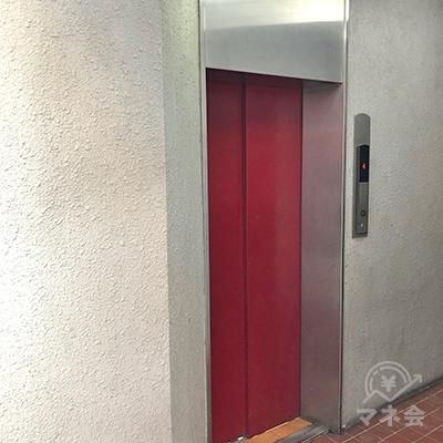 エレベーターで2階へ上がってください。