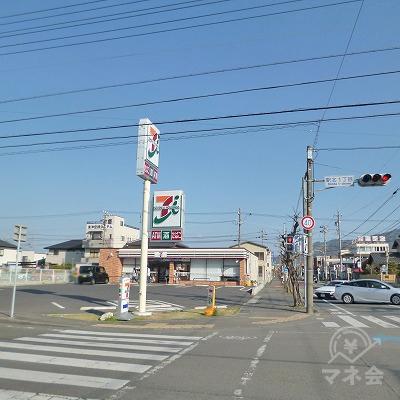 道中、左手にセブンイレブンがあります。