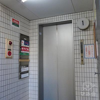 レイクは4階です。エレベーターで4階に上がりましょう。