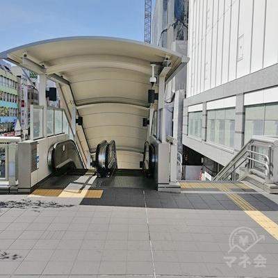 階段かエスカレーターで地上に下ります。