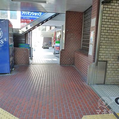 2番出口を出たらすぐ右手のファミリーマートの方へ向かいます。