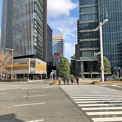 大通りの交差点をPRADA方向へ渡ります。