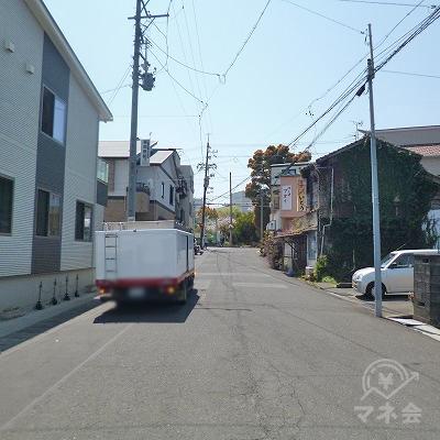 外に出たら、目の前の道を60mほど直進してください。