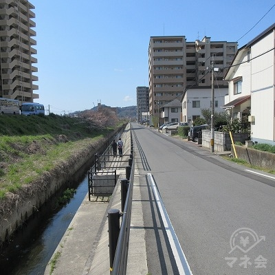 約200m直線を進みます。右側を歩くことを推奨します。※1