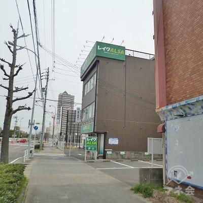 3階建てのビルの壁面にレイクALSAの看板が見えてきます。