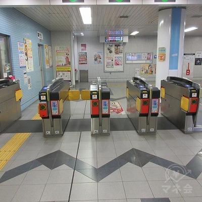 京都市営地下鉄東西線、六地蔵駅改札(1箇所のみ)を出ます。