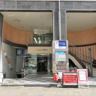 建物入口前の様子です。