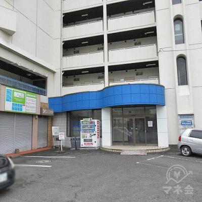 建物入口は青い屋根の下にあります。