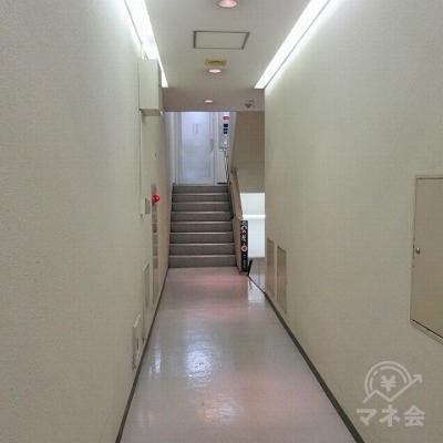 廊下を進み、右の階段で下へ下ります。
