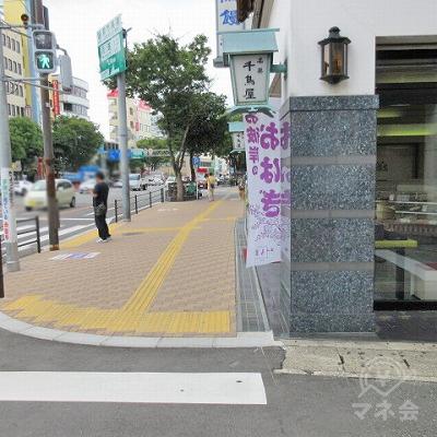 横断歩道を渡り、千鳥饅頭総本舗の前に行きます。