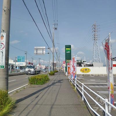 大通り沿いを150mほど進みます。