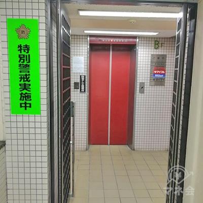 奥のエレベーターで3階に行きましょう。
