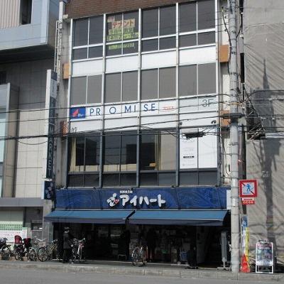 建物全景です。建物右に上に上がる階段があります。