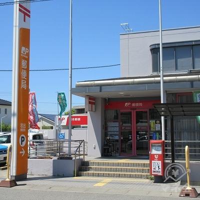 途中、右手に岩出郵便局を通過します。