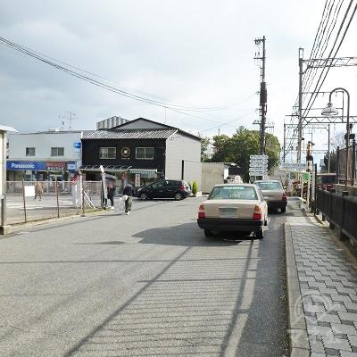 タクシー乗り場を通過。正面に左右を通る道があり、これを左折します。