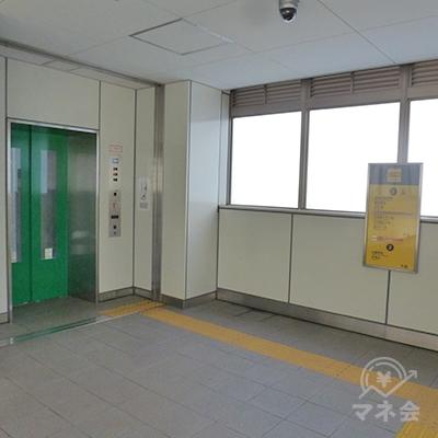 突き当たり、左手のエレベータに乗って地上に下ります。