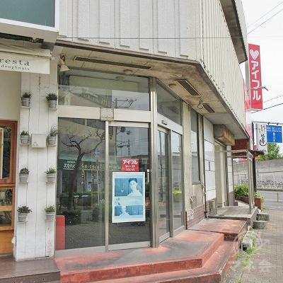 建物入口はポスターの右横です。