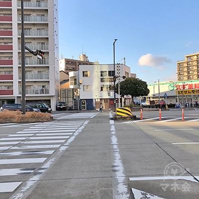 直進して横断歩道を渡ってから右折します。