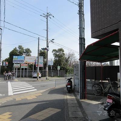 先ほどの建物を越えてすぐの交差点を、右手に曲がります。