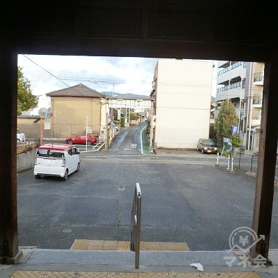 駅舎前、左右に細い道があり、これを右に進みます。