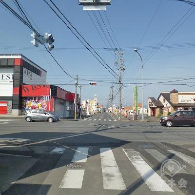 パチンコWESTがある大通りとの交差点を右折します。