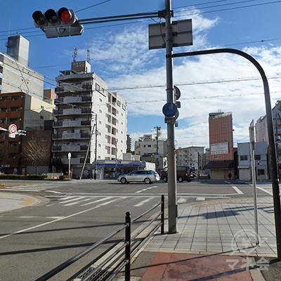 三先2交差点に出ます。交差の道路は「みなと通」。左折します。