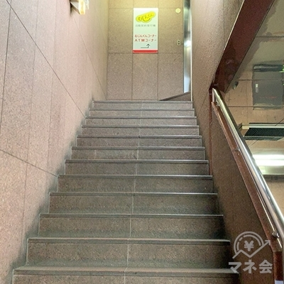 階段の踊り場にもアコムの案内板があります。