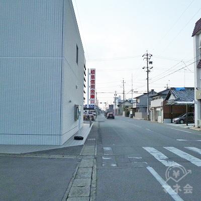 駅の外に出たら左折し、岐阜信用金庫を見ながら150m直進します。