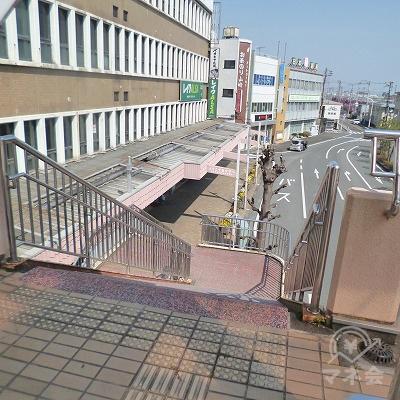 突き当たり右手にある階段で地上へ下ります。