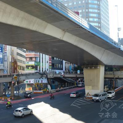 歩道橋の上から対角線にアコムの看板が見えます。