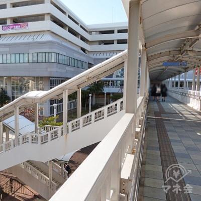 イオン那覇に直結する橋を渡り10mほど進むと左側に階段、右側にエレベーターがありますので下へ降りてください。