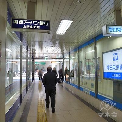 左右を銀行に挟まれた通路を歩き、駅ビルの外に出ます。