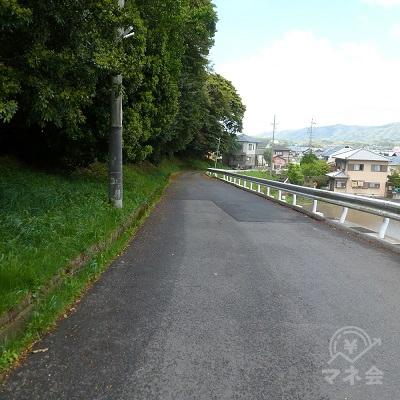 道は緩やかに下っていきます。左は上野公園の北端です。