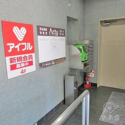 エレベーターホールです。エレベーターの対角にアイフルの案内があります。