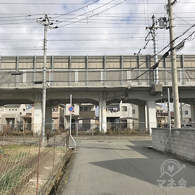 新幹線の高架に突き当たると、左折します。