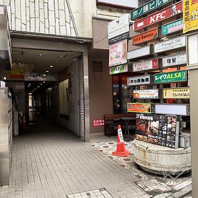 建物入り口です。レイクは2Fです。