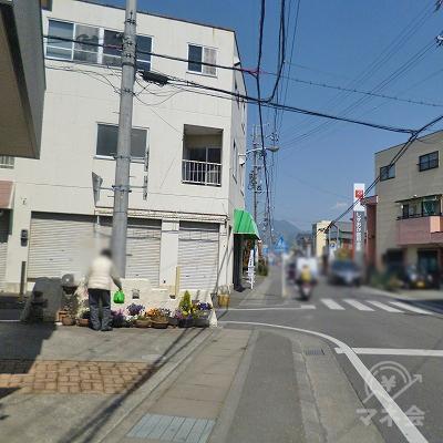 左手に3階建てビルが見えて来たら、その手前を左折します。