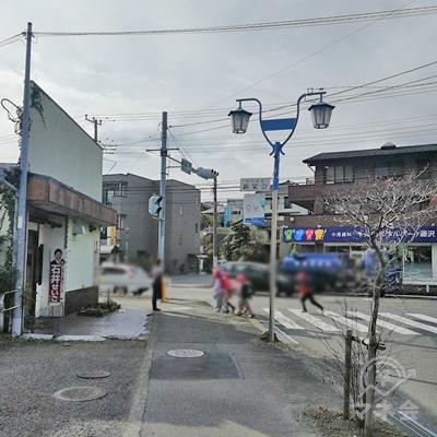 おしゃれな街灯を見つけたら、道に沿って左に曲がります。