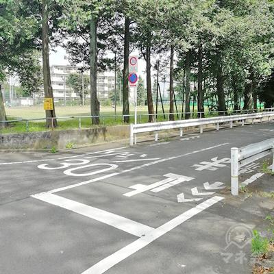 高倉公園野球場が見えたら、右に曲がります。